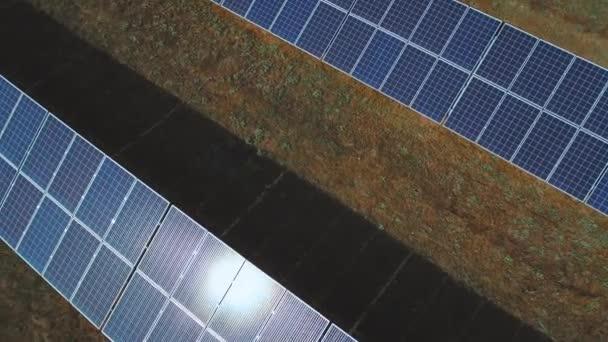 Sunbeam chůzi na velké solární panel. Střílel na DRONY
