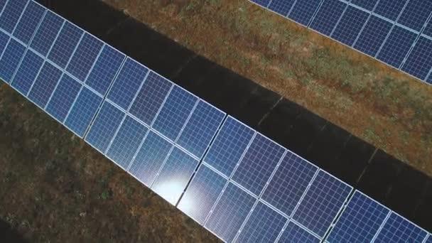 Solární panely se světlem slunce svítí. Střílel na DRONY