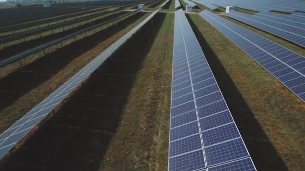 Velké pole obnovitelné solární energie. Střílel na DRONY