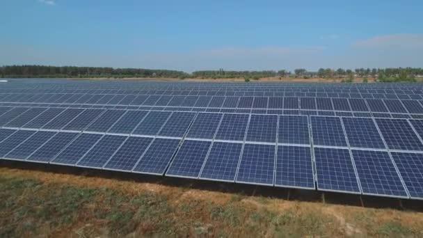 Solární baterie farma na louce. Střílel na DRONY