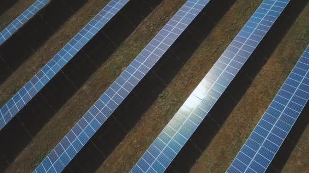 Mnoho solárních panelů zasadil na hřišti. Střílel na DRONY