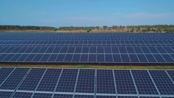 Solární baterie farma na hřišti. Střílel na DRONY