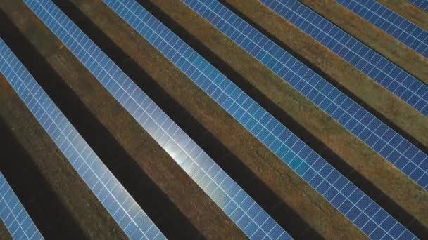 Sok napelemek ültetett a pályán. Lövés a drone