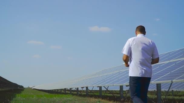 Muž po solární panel