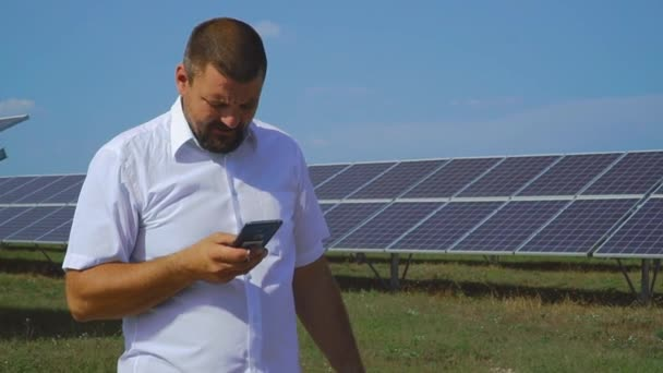 Člověk napíše vzkaz na pozadí solárních panelů.