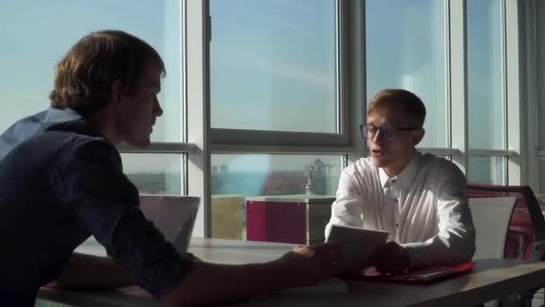 Két vezetői megvitatják a offce üzleti