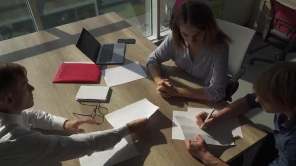 Ember dolgozik a modern irodai papírok
