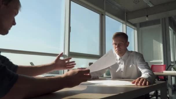 Két hivatal vezetői megvitatják üzleti