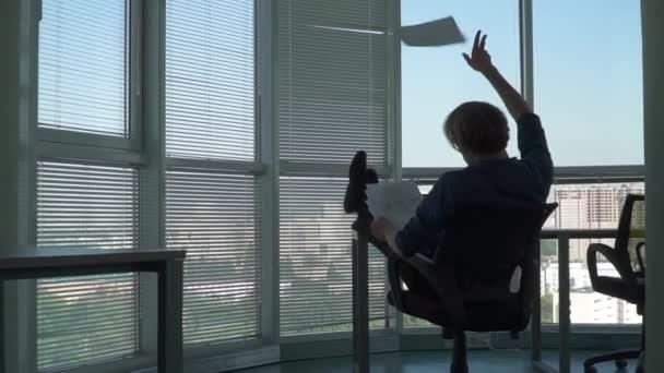 Üzletember ül a lábát az asztalra a hivatalban
