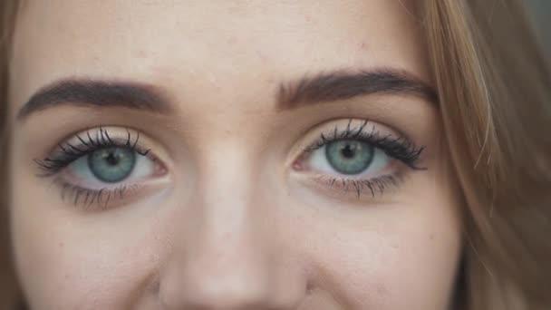 Krásná dívka se dívá na fotoaparát closeup