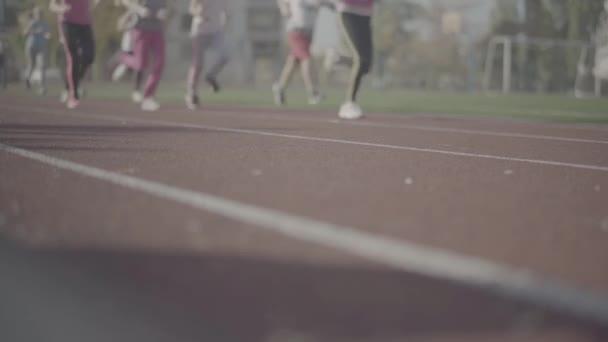 Národy nohy běží na cestě pro jogging