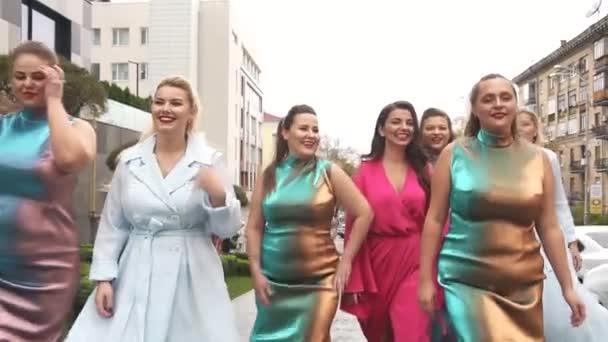 Gyönyörű nők divat ruhák szorosban az utcán. Molett divat héten. Lassú mozgás.