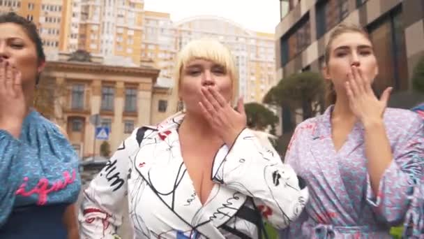 Gyönyörű Xl modellek így légi csók. Duci lányok gyönyörű ruhákat jelentenek az utcán.