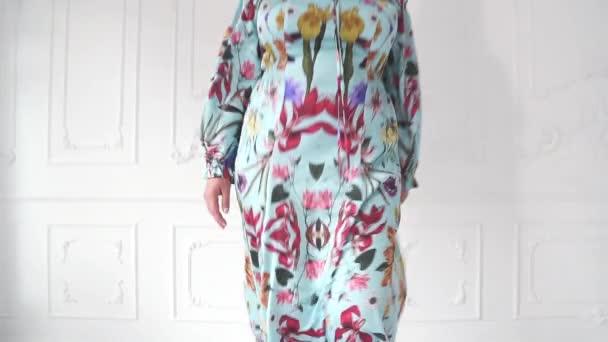 Mosolygó kövér nő a szép ruhában pózol. Molett modell egy szép ruhát.