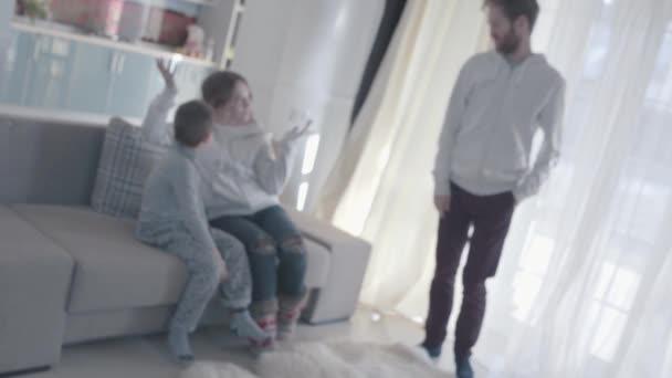 I genitori litigare e disperdere in diverse stanze. Il bambino è spaventato e in perdita. Relazioni familiari. Problemi familiari. Slow motion.