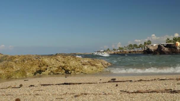 Nyugodt timelapse kis hullámok összeomlik egy üres homokos strand létrehozása a tengeri hab. Nyugtalan tenger Cipruson.