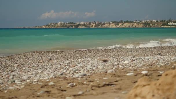 Zpěněné vlny moře azurové shazovat prázdné kamenité pláži na pozadí malebný ostrov Kypr