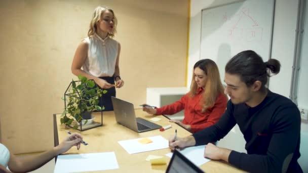 Business-Team-Meeting brainstorming, Austausch von neuen Ideen. Beteiligten in Teamarbeit in trendigen Ziegel Büro Raum Steadicam Schuß über Sitzungssaal
