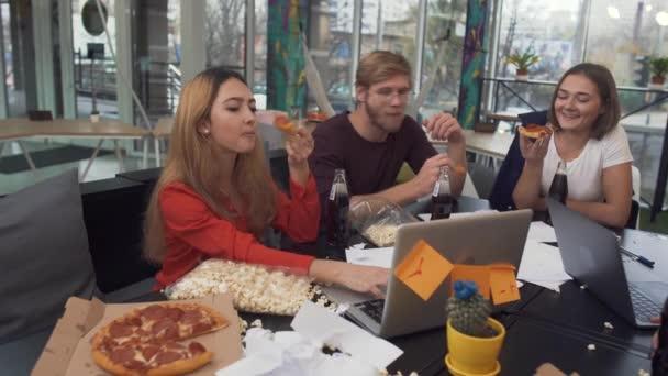 Mladí vedoucí týmu zakázal kolegy pracovat za notebook během přestávky a zavři to a pak kliknou na pepsi lahví