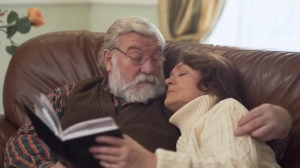Idős pár ül a hangulatos kanapén, egy kellemes beszélgetés, nosztalgikus, és valamit megvitatni