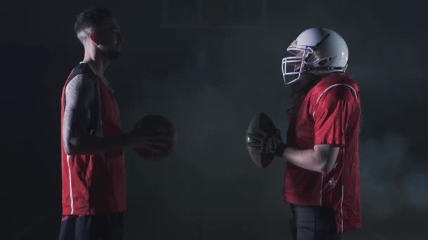 Vícesportovní koláž s basketbalem, američtí fotbalisté stojí naproti sobě. Sportovci se v temnotě hodí s kouřem. Dva muži nosí červenou sportovní uniformu. Hráči držící kouli ve svalnaté