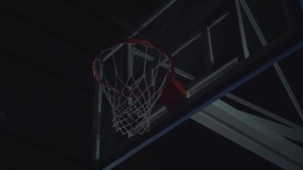 Közelről kép profi kosárlabda játékos így Slam Dunk alatt kosárlabda játék díszkivilágítás kosárlabda pálya.