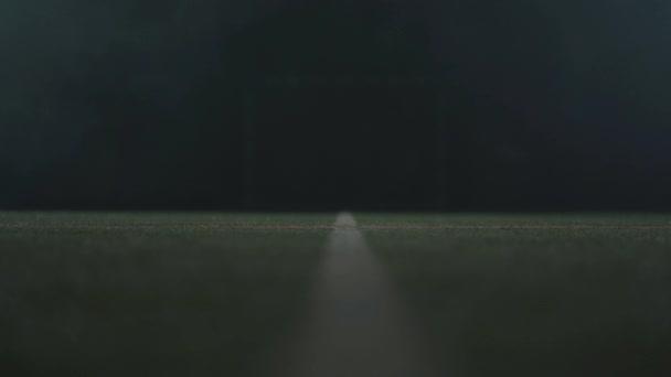 weiße flache Linie auf grüner Fläche isoliert auf schwarzem Hintergrund.