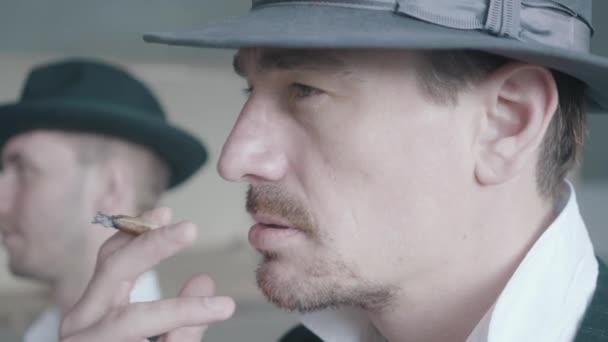 Nahaufnahme Porträt von zwei rauchenden Gangstern, die im alten, baufälligen Gebäude spazieren gehen.