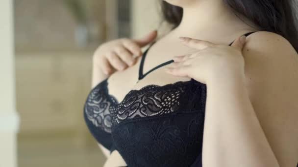 Portré aranyos túlsúlyos nő, hosszú haja és fekete melltartó pózol a kamera beltérben. Érzéki fiatal mint méretű lány otthon.