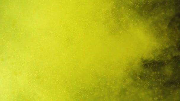 Do žluté vody s pylem se vstříkne citrónem. Čerstvé ovoce, které padá ve vodě. Organické bobule, zdravé jídlo. Zpomaleně.