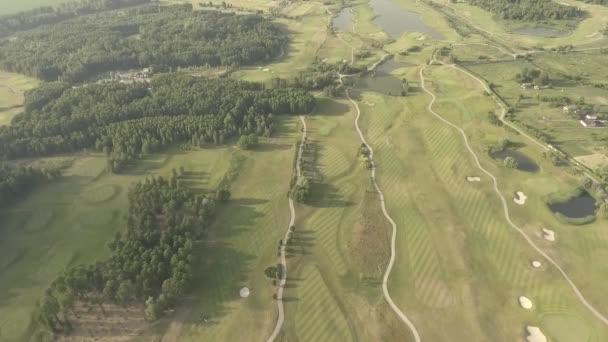 Luftaufnahme eines großen Luxus-Golfplatzes. Blick auf die grünen Wiesen und Bäume. Schießen von oben, Draufsicht, Drohnenschießen.