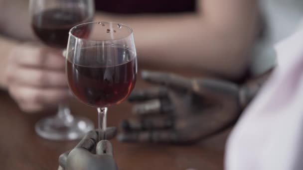 Nahaufnahme einer am Tisch sitzenden Frau, die Rotwein trinkt, während eine männliche Schaufensterpuppe ein Date mit dem echten Mann imitiert. Frau klimpert mit Brille. träumerisches Konzept, Fantasie, Einsamkeit