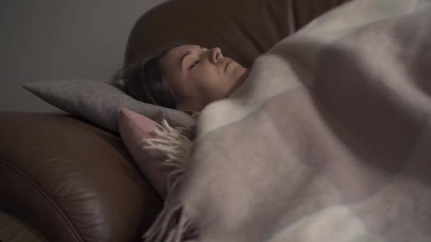 Kranke junge kaukasische Mädchen liegt unter Decke zu Hause. Die Frau hat Fieber. Begriff Gesundheit, Krankheit, Krankheit, Erkältung, Behandlung