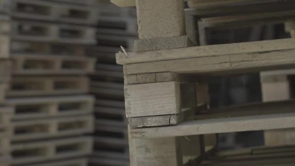 Egy halom fa raklap hever a raktárban. Hordozható platform, amelyen áruk szállíthatók, egymásra rakhatók és tárolhatók gyárban vagy üzemben.