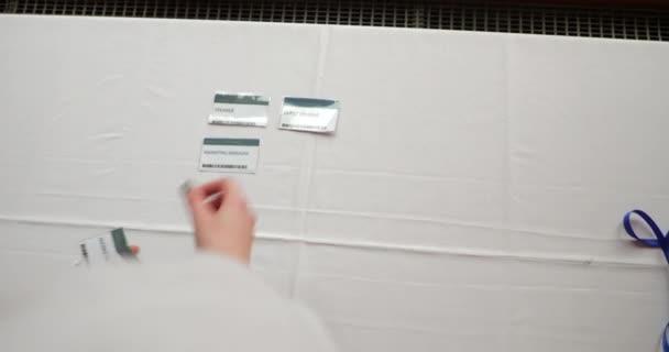 Über die Schulter-Blick von Namensschilder und Schlüsselbänder werden auf einen Tisch gestellt.