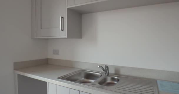 Nový domov s prázdnou kuchyni.