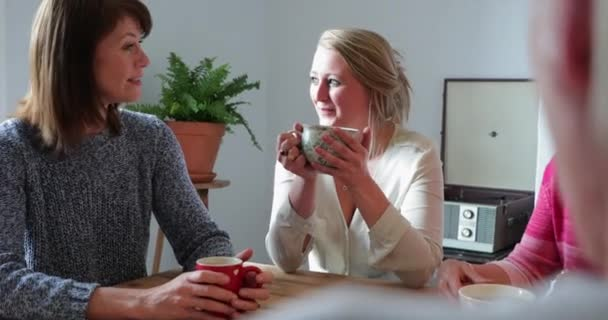 Egy felső a váll lövés egy kis baráti társaság amelynek fogás kávét.