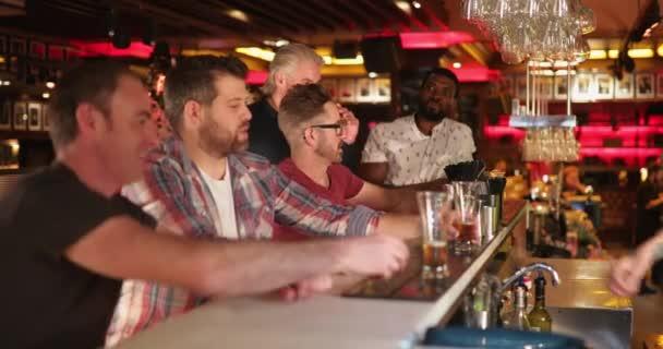 Kis csoport közepén felnőtt férfi meg egy bárban ült a pult. Akarnak egy mintát, a sör, és együtt nevetünk.