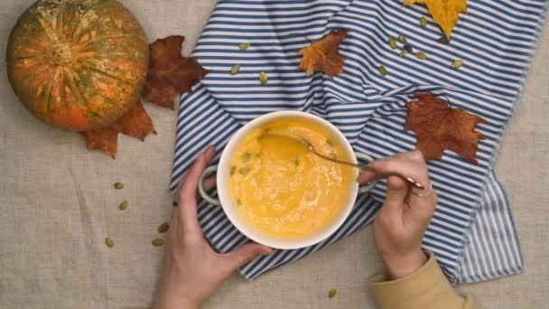 Jíst vegetariánskou podzimní dýňovou polévku