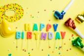 Születésnapi koncepció - gyertyák, a betűk boldog születésnapot és konfetti