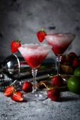 Fotografie Erdbeer-Margarita-Cocktail und Zutaten