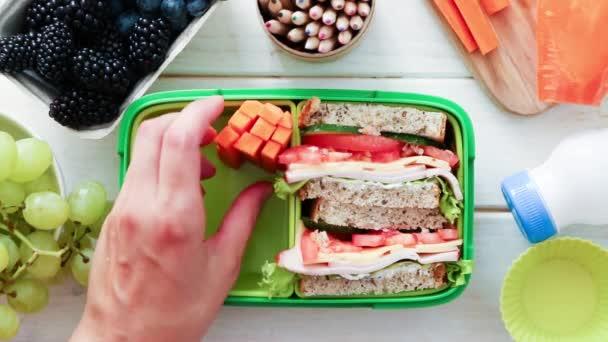 Vissza az iskolába koncepció-anya csomagolás ebéd