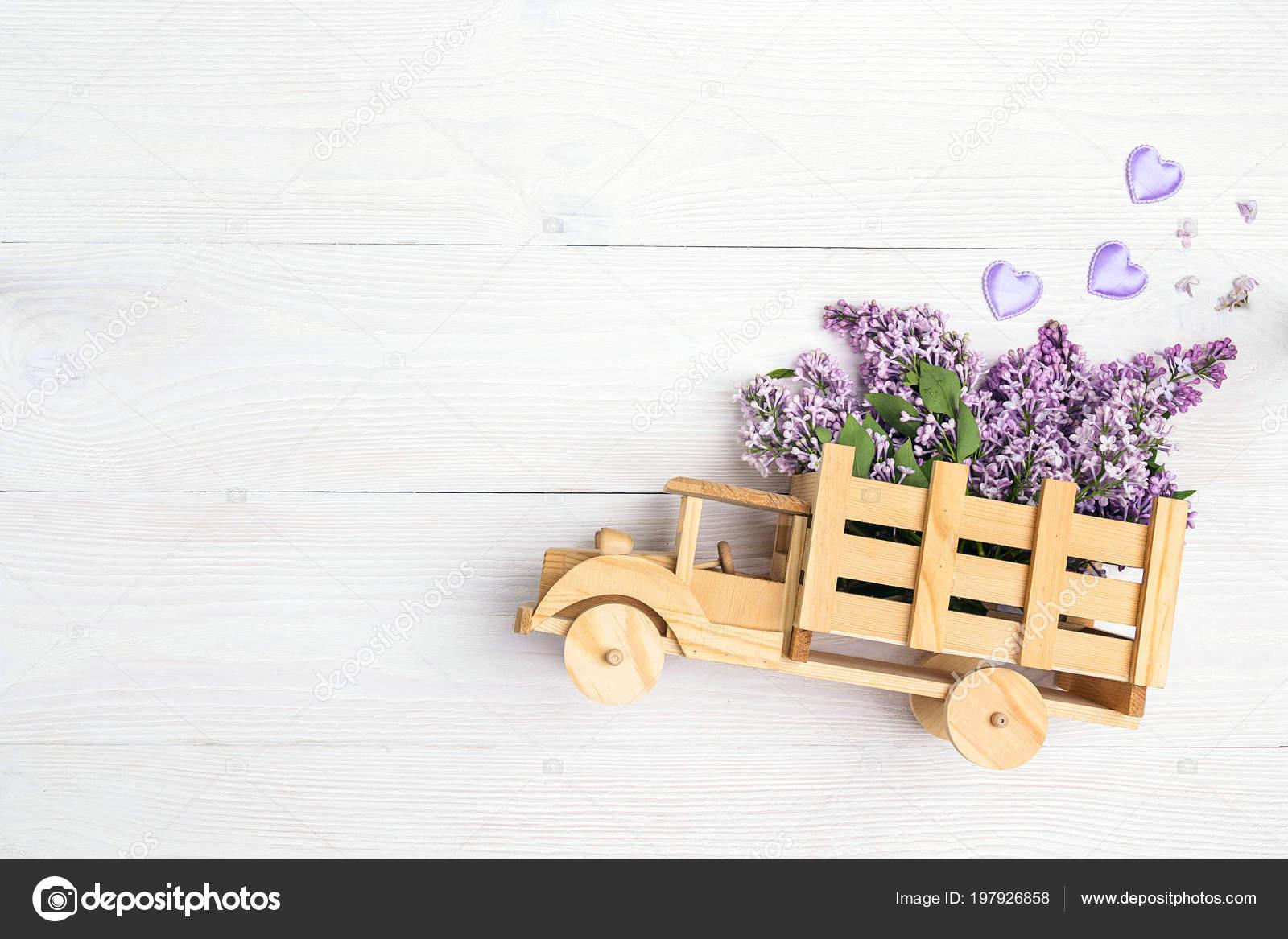 Con Parte Color Juguete Flores Posteriora Madera Lilas Sobre Camión OPknw0