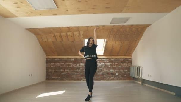 szép sportos lány divat tánc, és ugrás a hosszú lövés