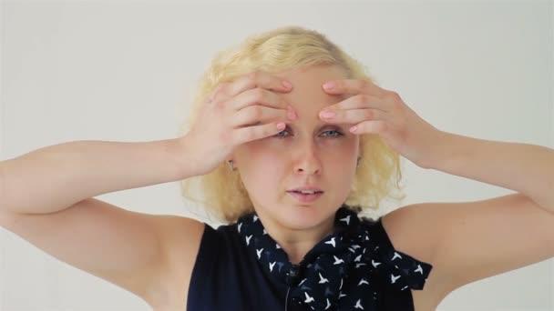 Closeup portrét krásné ženy dotykem obličeje