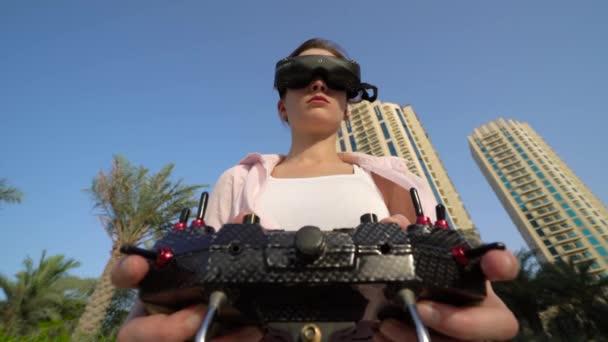 Mädchen in virtueller Brille mit Fernbedienung