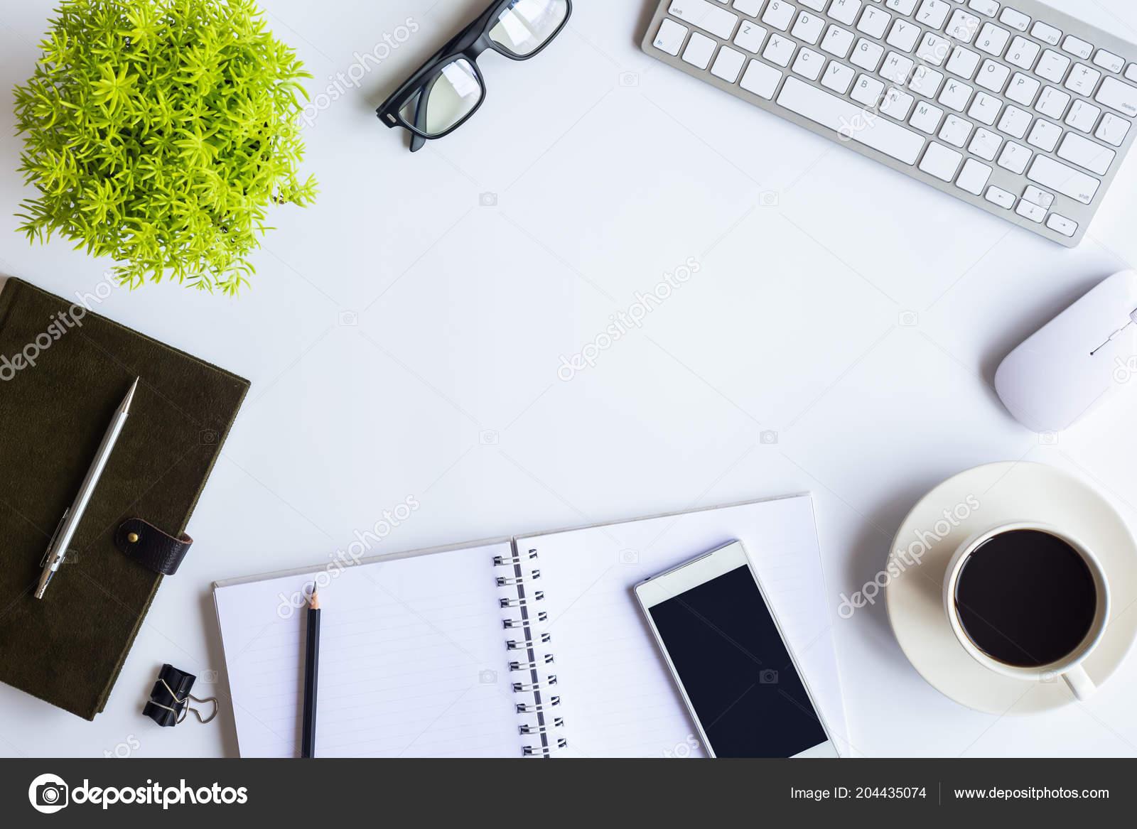 Les fournitures bureau bureau blanc avec ordinateur portable