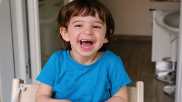 Baby se smát nahlas veselé dítě