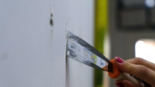stěnu stěrkou omítky ženských rukou detailní stěrkou