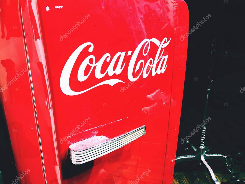 Retro Kühlschrank Coca Cola : Coca cola logo auf eine cola rot retro kühlschrank kühlschrank